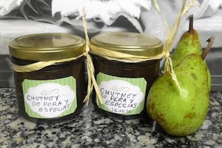 Tarros de chutney de pera y especias.