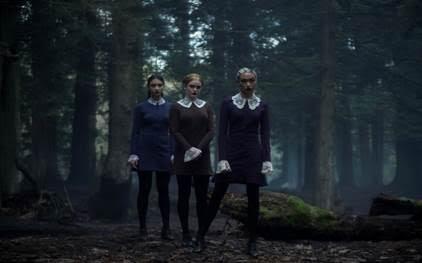 LAS HERMANAS EXTRAÑAS: AGATHA (Adeline Rudolph), PRUDENCE (Tati Gabrielle), DORCAS (Abigail Cowen)