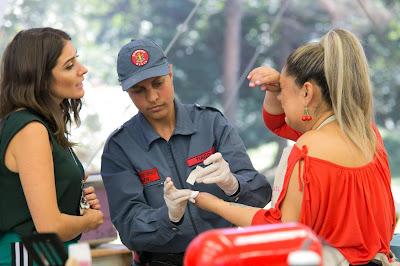 Carol consola Marina que cortou o dedo - Crédito: Artur Igrecias/SBT