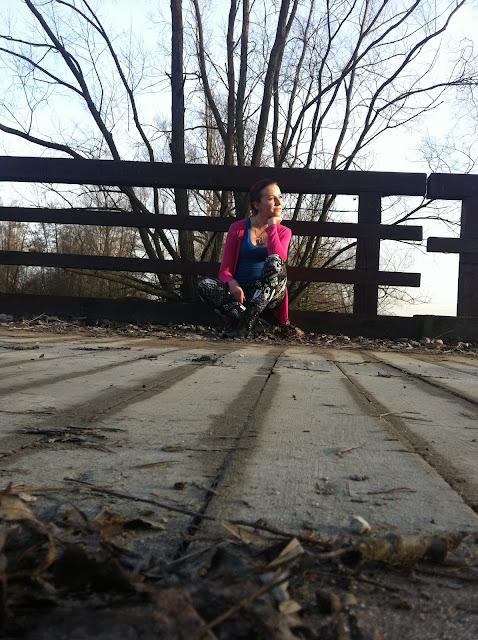 27.12.2015 Niebieska bokserka, czarne legginsy w białe napisy wzorzyste, naszyjnik srebrne serce, czarne botki z ćwiekami, fuksja różowa narzutka. Jak wyleczyć lęk wysokości terapia szokowa przejście po barierce mostu
