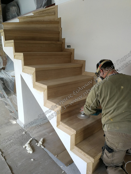 Τρίψιμο σκάλας απο ξύλο