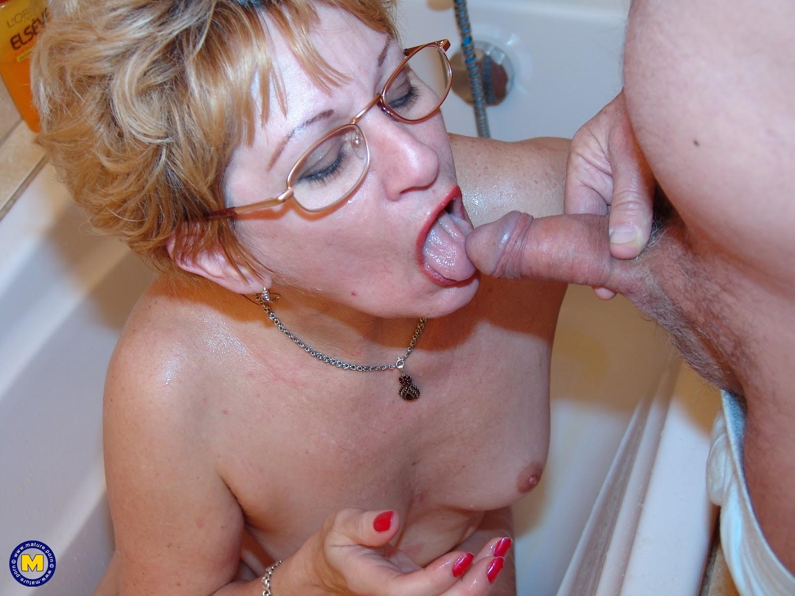 Сын дал в рот маме порно фото, Сын дает маме в рот и нежно трахает в пизду 21 фотография