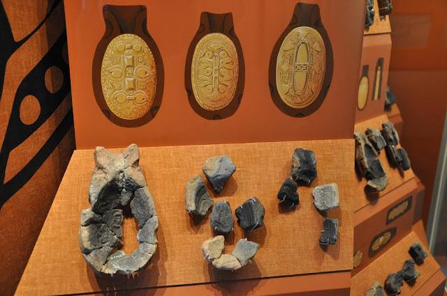 Ułamki form odlewnicznych do brosz żółwiowatych eksponowane w Muzeum Wikingów w Ribe