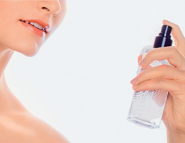 Mulher aplicando água micelar no rosto