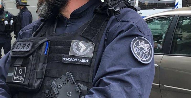 Πρωτοφανές: Γάλλος αστυνομικός έραψε «Μολών λαβέ» στη στολή του & του κάνουν ΕΔΕ