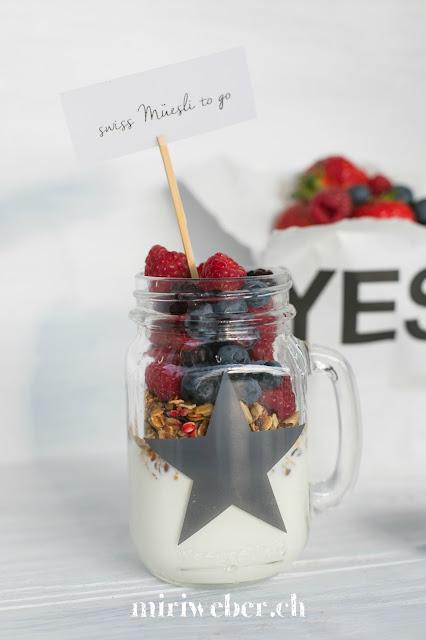 Swiss Müesli, Rezept Müesli, Müesli im Glas, Müesli unterwegs, Frühstück unterwegs, gesundes Frühstück, Frühstückrezepte, selbstgemachtes Granola, Foodblog Schweiz, Foodfotografie Schweiz, Schweizer Foodblog