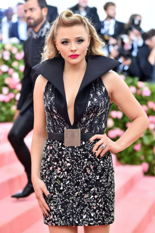 "Chloe Grace Moretz Looks Hot at ""Met Gala"" event"