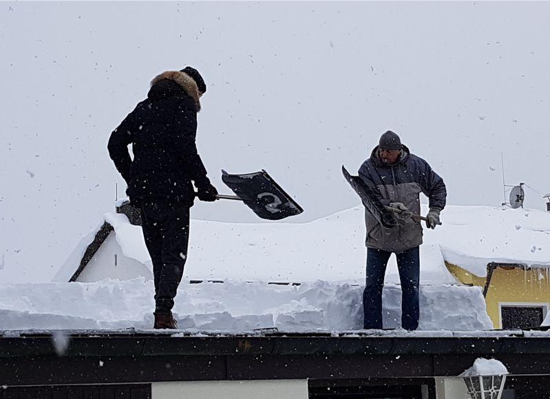 Flachdächer vom Schnee befreien.