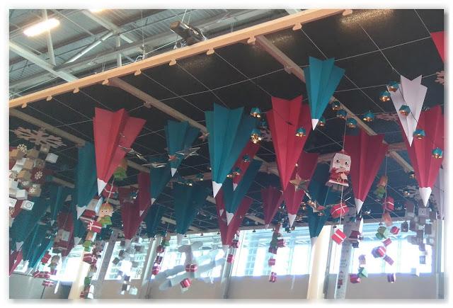 déco sapins de Noël papiers suspendus au plafond