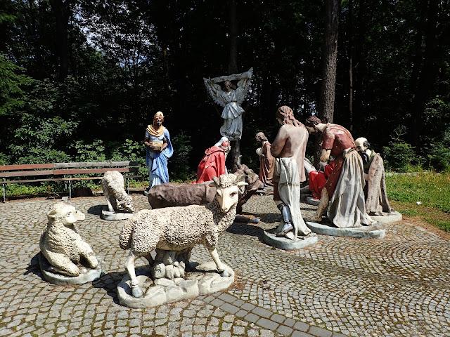 Koło sanktuarium na Liwoczu jest też krąg, w którym stoją postacie z Biblii