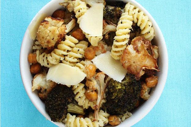 المعكرونة بجبن البارميچان مع الحمص والبروكلي والقنبيط  Parmesan-Fusilli-with-Roasted-Chickpeas%252C-Broccoli-and-Cauliflower