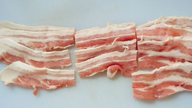 豚ばら薄切り肉を7㎝くらいに切り分けます