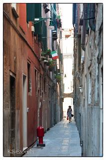 Velencei szűk sikátor magas épületekkel