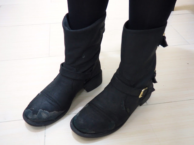 Black is the new Black | outfit shoe details of chunky black worn buckled biker boots
