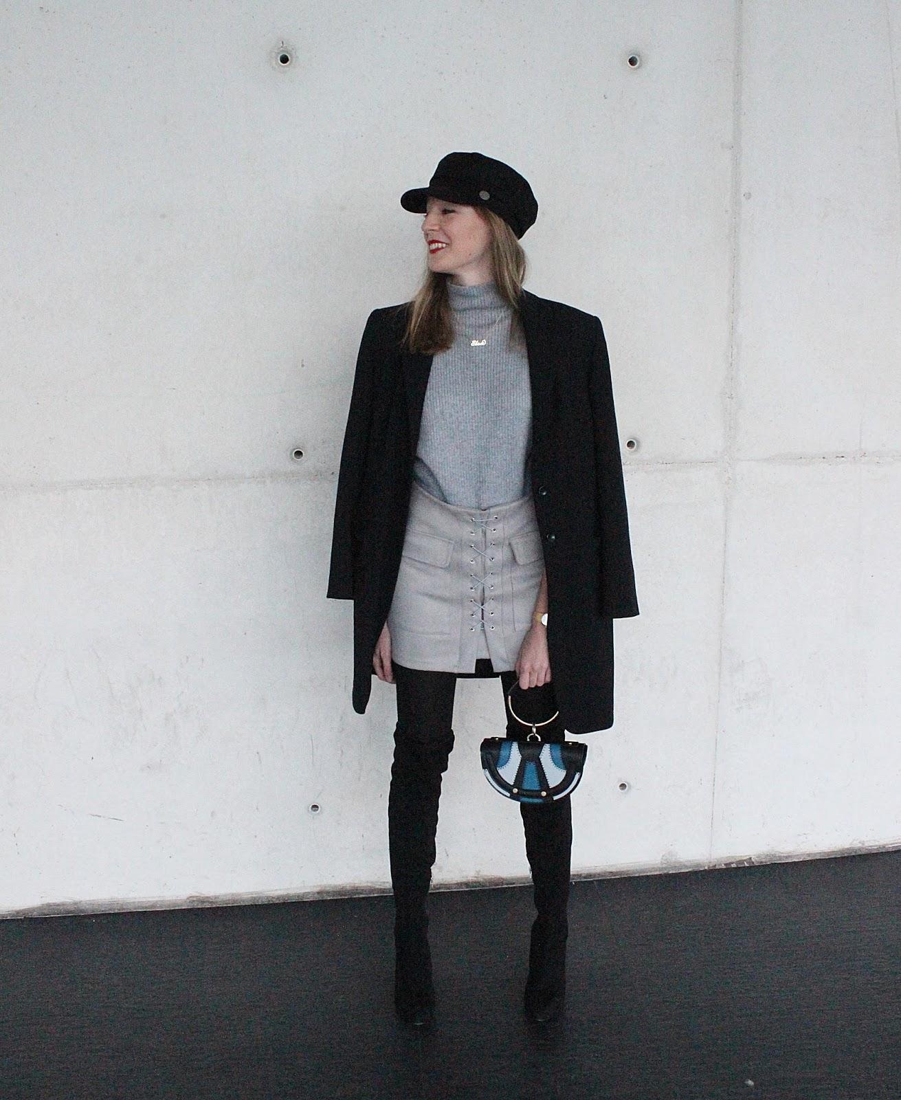 navy-cap-total-gray-look-black-look-nile-minaudiere-chloe-bag-street-style-otk-boots