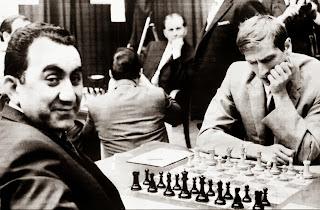 Bobby Fischer vs Tigran Petrosian lors du match URSS vs Reste du Monde à Belgrade le 29 Mars 1970 (1-0 en 39 coups) © Chess & Strategy