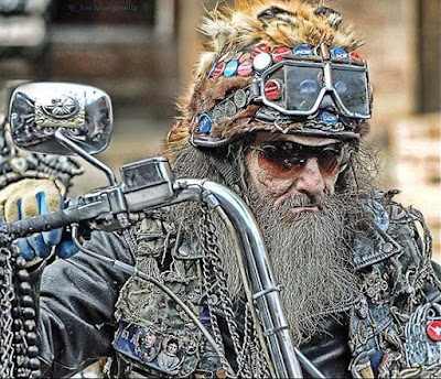 Alter Rocker mit langem Vollbart auf Motorrad