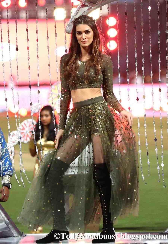Bollywood Actress Kriti Sanon Dancing Photos At IPL 2017 Opening