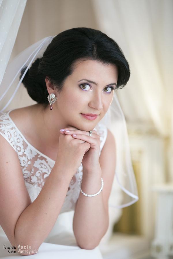 Panna Młoda w koronkowych kolczykach ślubnych