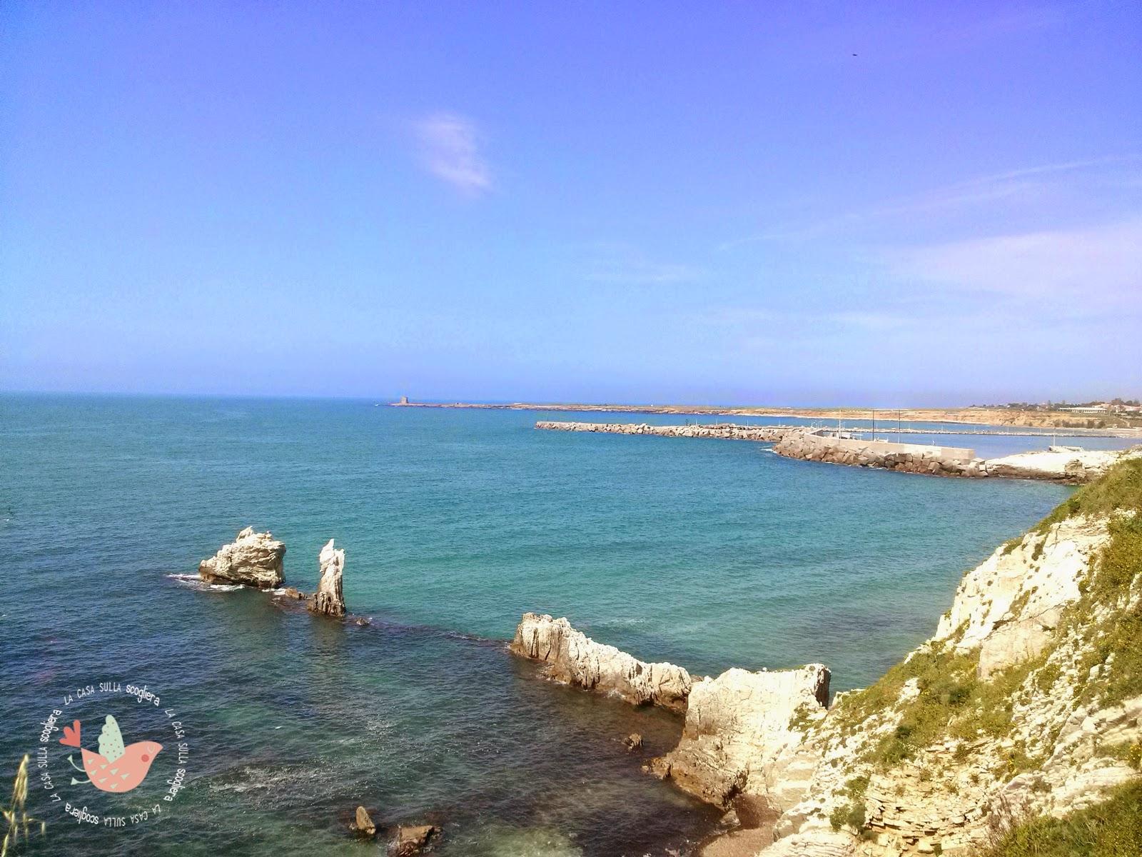 Una camminata sulla scogliera di Calarossa, tra il Lungomare Peppino Impastato ed il Porto di Terrasini, le case dei pescatori e la spiaggia dei Magaggiari.