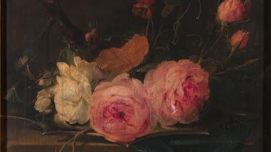 Rosas antiguas y otras flores sobre un plato