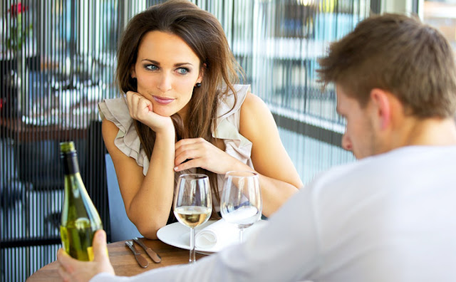 10 Body Language Signals That Show She's Falling in Love
