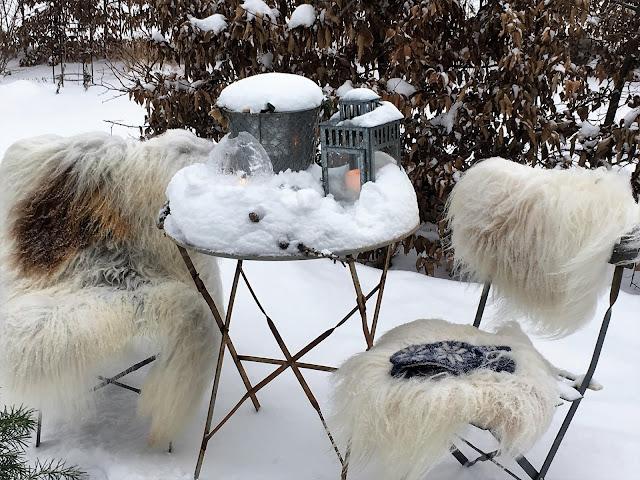 Forhagen - det er vinterstemning på brosteins-sirkelen. - Sittegruppe som er vinterkledd IMG_4425 (2)-min