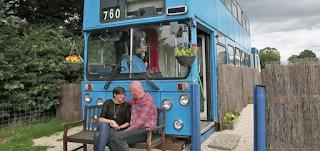 Αγόρασαν ένα παλιό διώροφο λεωφορείο για μόλις 2.500 ευρώ. Μόλις δείτε ΠΩΣ το μεταμόρφωσαν θα τους ζηλέψετε!