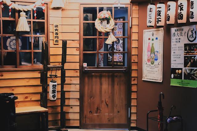 小店內高朋滿座,好不熱鬧,我站在店外,便能感受到裡頭的喧鬧。