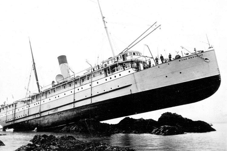 Sentinel yerlileri, karaya oturan gemideki 106 kişiye saldırdı.