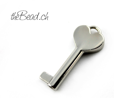 zum liebesschloss passender schlüssel anhänger herz von thebead