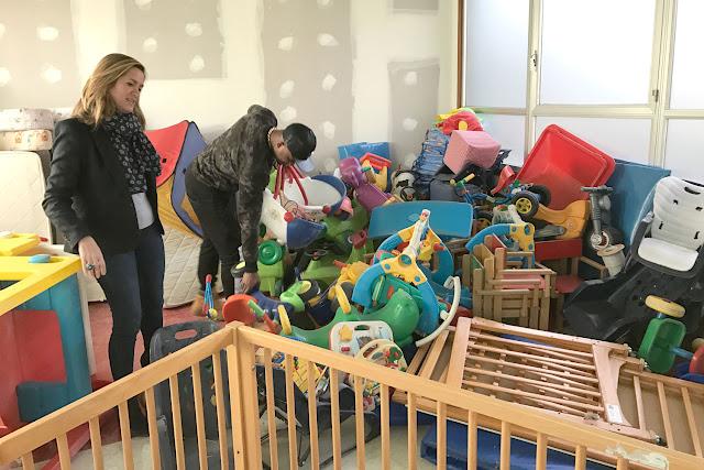 La alcaldesa, con los juguetes y útiles de la antigua guardería de la BBK en Cruces