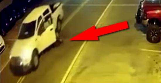 Motorista bêbado se atropela com o próprio carro... enquanto dirige!