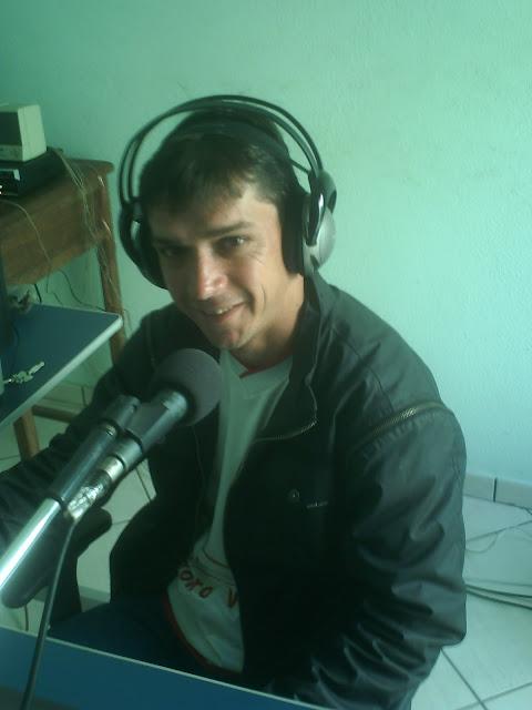 Natural de Carmo do Cajuru MG, 25 de Janeiro 1977, começou na comunicação na emissora comunitária CAJURU FM
