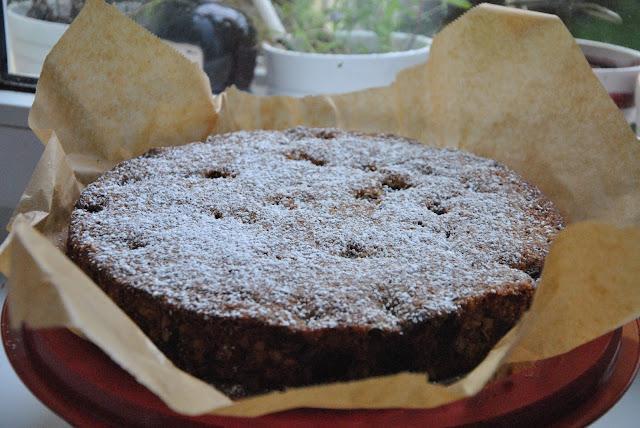 Mit Puderzucker bestäubt: Kirschkuchen mit Schokolade