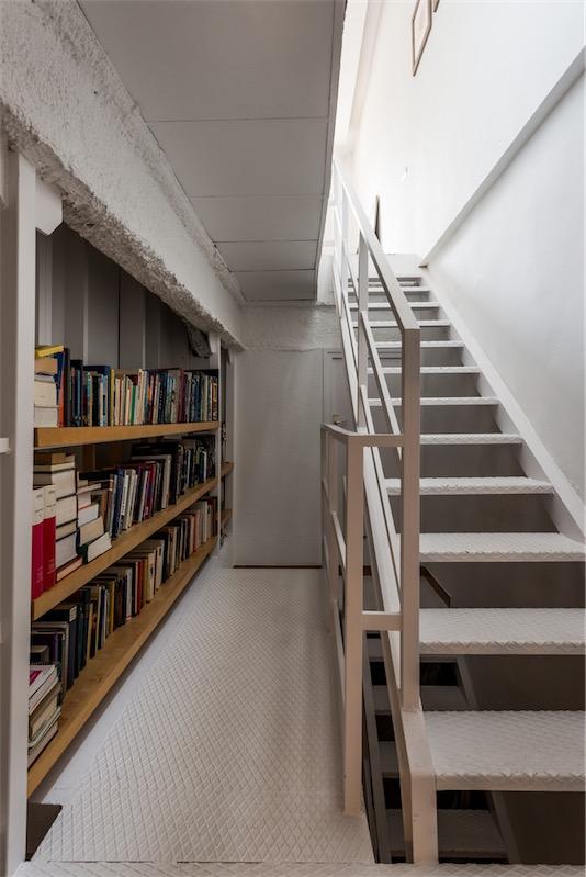 escaler con zona de biblioteca chicanddeco