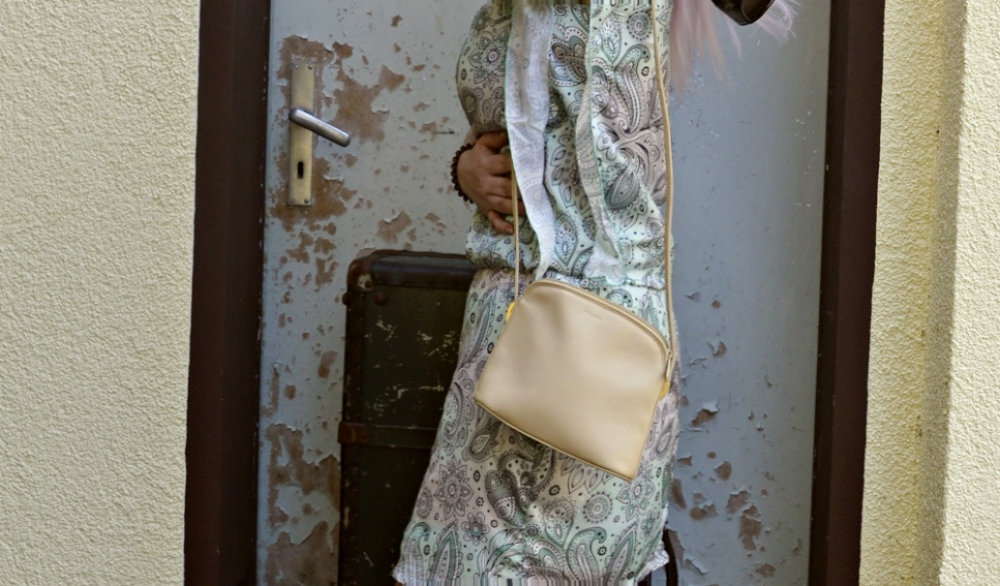 Outfit Photoshoot Mintfarbenes Paisley Print Sommer Kleid Outfitphoto