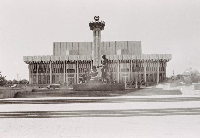 Ouzbékistan, Tachkent, Statue of Sham Akhmudov, Palais de l'Indépendance, Istiklal Palace, © L. Gigout, 1999