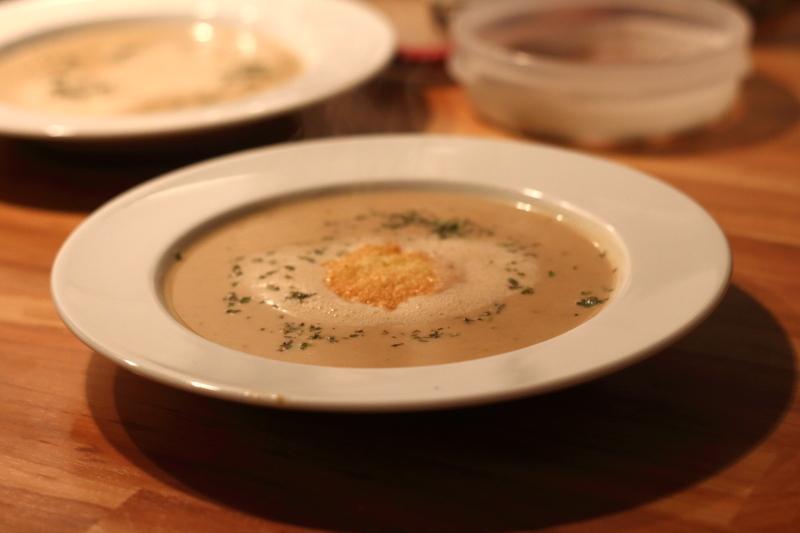 Maronensuppe/Kastaniensuppe/Maronencrèmesuppe mit Thymian und Pecorinochip | Arthurs Tochter Kocht by Astrid Paul