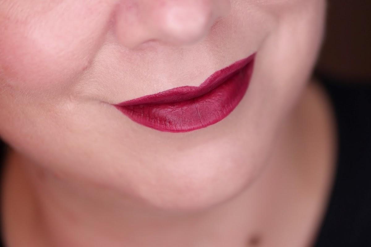 Avant Garde Pop aufgetragen Burgunderrotton für die Lippen