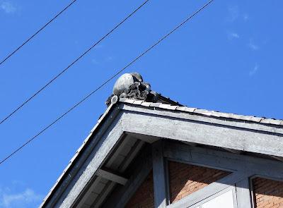 波浪と太陽の屋根飾り