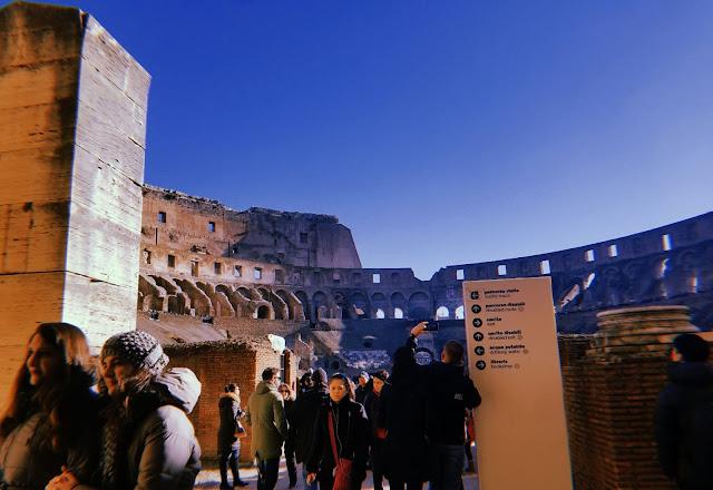 foto del interior del coliseo romano
