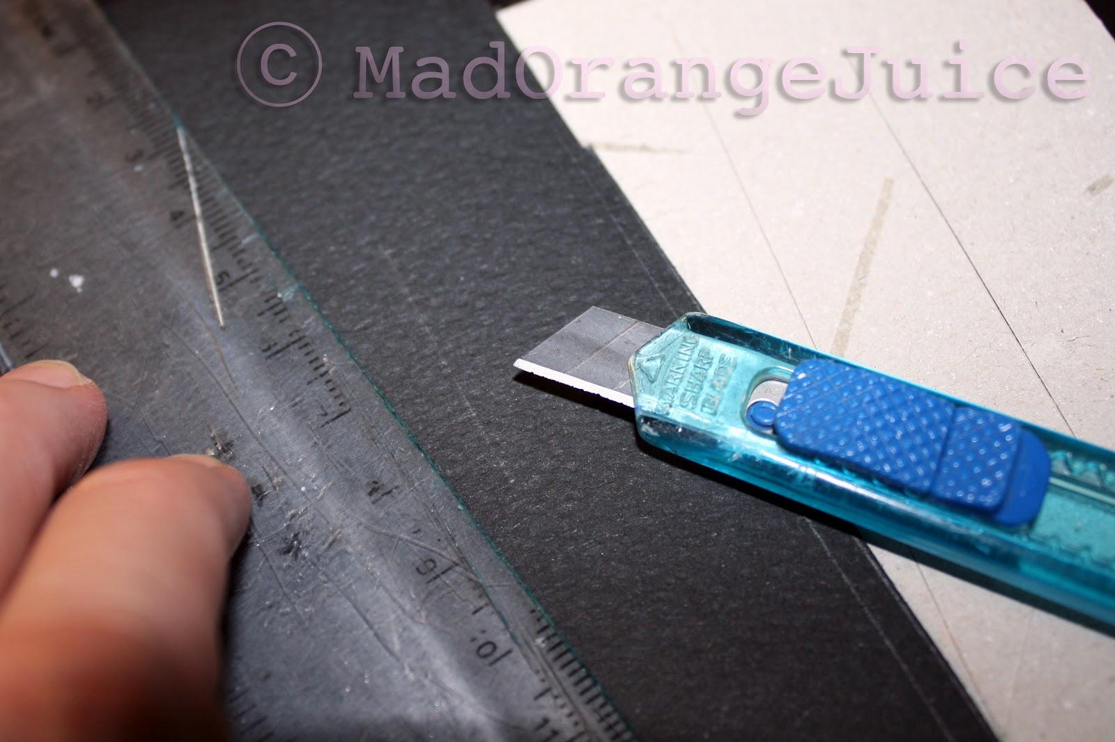 A questo punto creiamo un incisione in uno dei due quadrati per permettere  al biglietto di aprirsi e chiudersi attraverso la linguetta. 91e2bfdf1d20