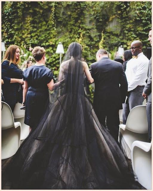 Noiva de preto entrando na cerimonia