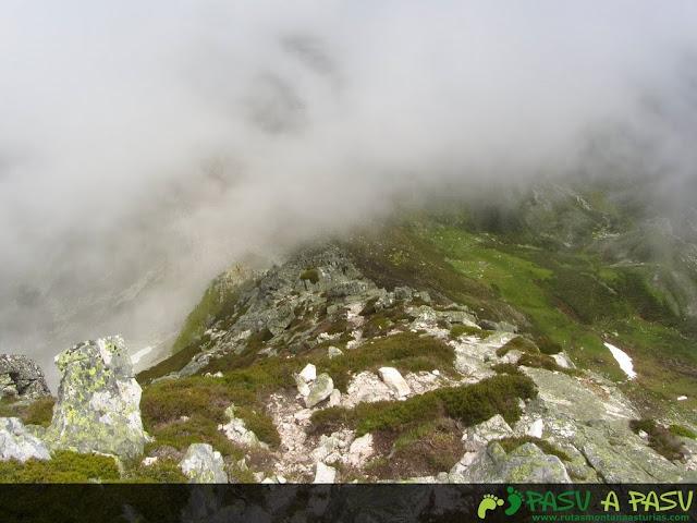 Ruta al Pico Torres y Valverde: Niebla entrando en la arista del Torres