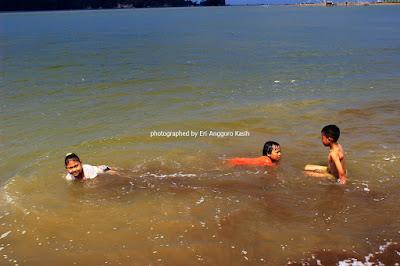Anak-anak bermain air di Pantai Palatar Agung.