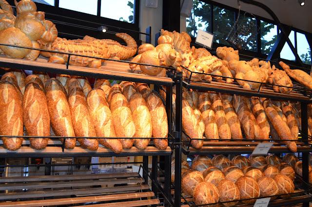 Pães em formatos variados.