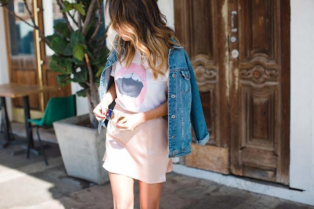 how to wear a silk skirt, how to wear rocker t-shirt, lips t-shirt, casual venice outfit