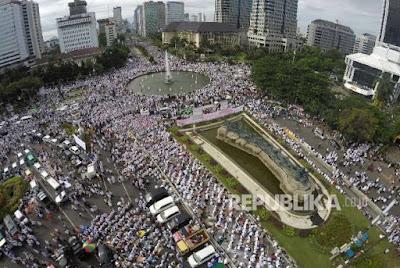 Ratusan ribu massa Aksi Bela Islam III di Bundaran Bank Indonesia bergerak menuju areal Monumen Nasional, Jakarta, Jumat (2/12). (FOTO : Republika/Yogi Ardhi)