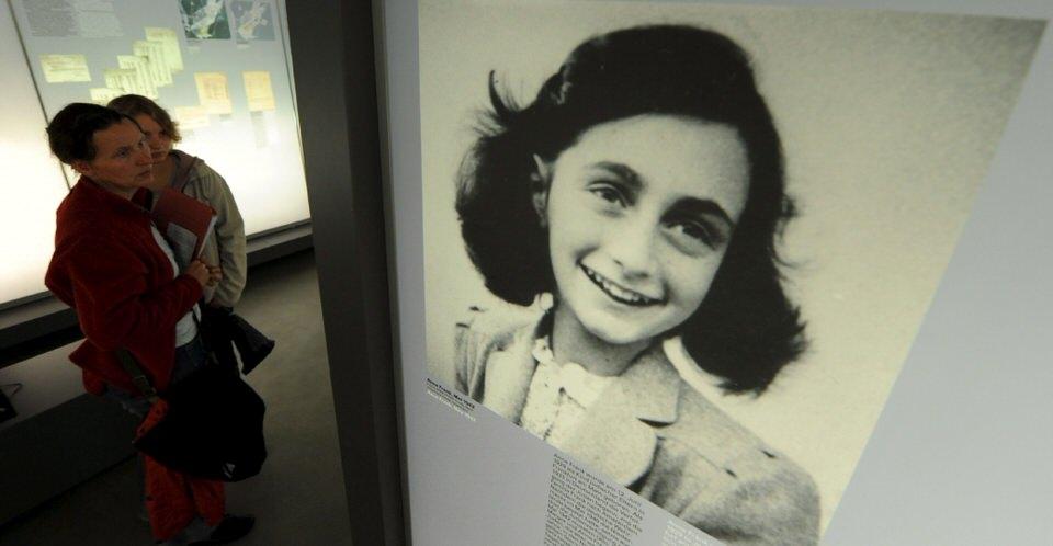 Ένα πορτρέτο της Άννας Φρανκ που εκτίθεται στο μνημείο του Μπέργκεν-Μπέλσεν. Η Άννα ήταν ένα κορίτσι που κρατούσε ένα ημερολόγιο ενώ κρύβονταν από τους Ναζί.